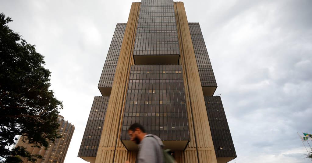 Placeholder - loading - Homem passa em frente à sede do Banco Central em Brasília 29/10/2019 REUTERS/Adriano Machado