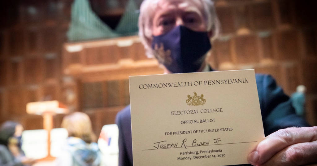 Placeholder - loading - Delegado do Colégio Eleitoral da Pensilvânia mostra voto em Joe Biden 14/12/2020 Commonwealth Media Services/Divulgação via REUTERS