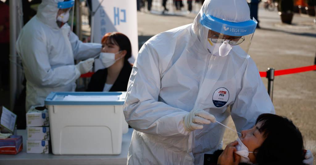 Placeholder - loading - Pessoas fazem teste para detecção de Covid-19 em frente a estação ferroviária em Seul 21/12/2020 REUTERS/Kim Hong-Ji