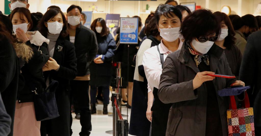 Placeholder - loading - Pessoas de máscara fazem fila para comprar máscara em loja de Seul 27/02/2020 REUTERS/Heo Ran