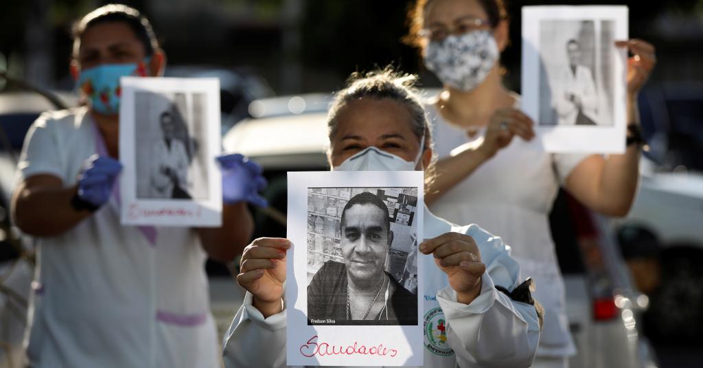 Placeholder - loading - Profissionais de saúde com roupa de proteção prestam homenagem a colegas mortos pelo novo coronavírus em Manaus 27/04/2020 REUTERS/Bruno Kelly