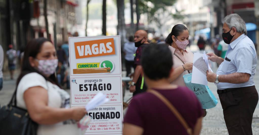 Placeholder - loading - Mulher entrega currículo a recutrador em São Paulo. REUTERS/Amanda Perobelli