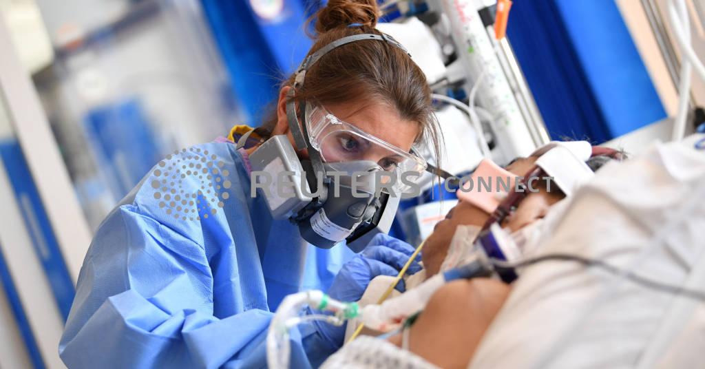 Placeholder - loading - Profissional de saúde trata de paciente em UTI de hospital no Reino Unido 05/05/2020 Neil Hall/Pool via REUTERS