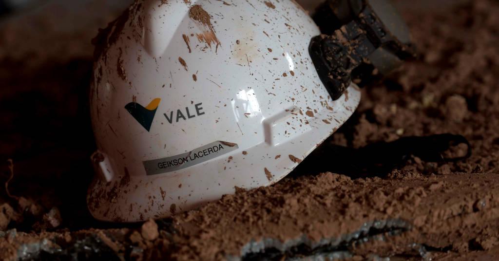 Placeholder - loading - Capacete com logotipo da Vale visto em meio a rejeitos de mineração após ruptura de barragem da companhia em Brumadinho (MG) REUTERS/Washington Alves