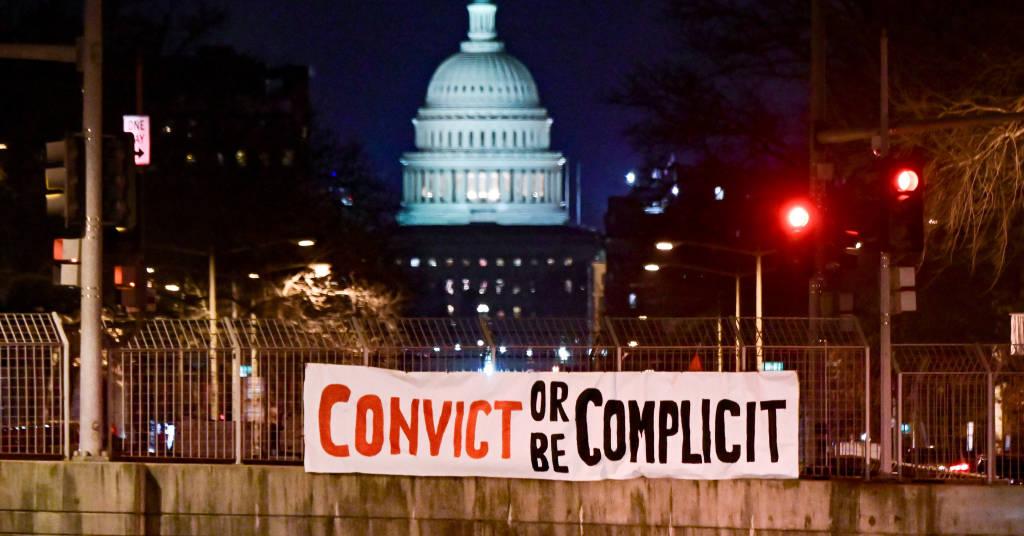 Placeholder - loading - Faixa de protesto contra o ex-presidente dos EUA Donald Trump em frente ao prédio do Congresso dos EUA 09/02/2021 REUTERS/Erin Scott