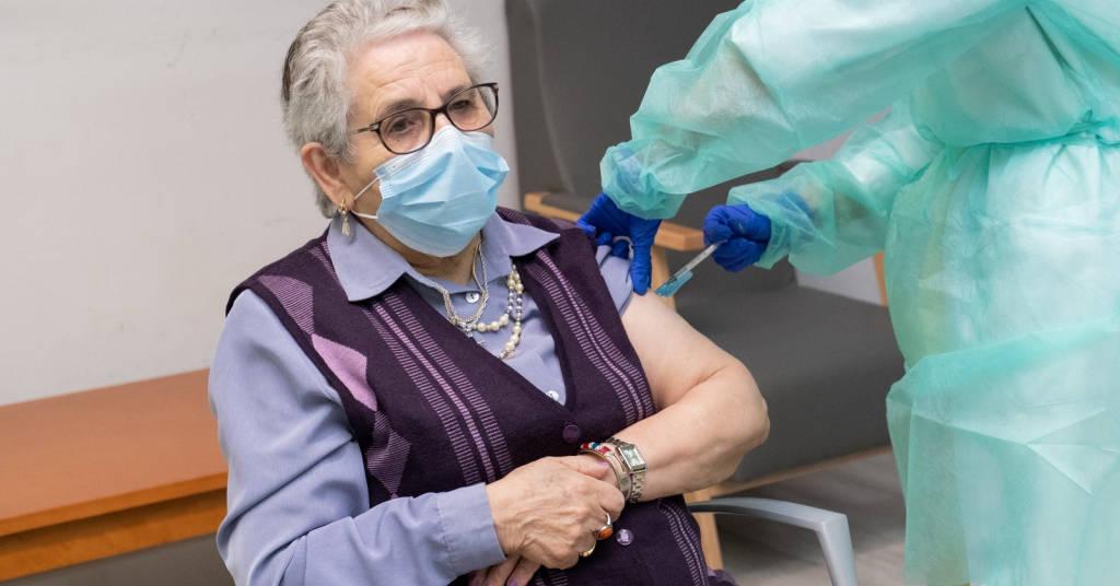 Placeholder - loading - Idoso recebe segunda dose de vacina contra Covid-19 em casa de repouso em Santiago de Compostela, na Espanha 17/01/2021 David Cabezon-Xunta de Galicia/Divulgação via REUTERS