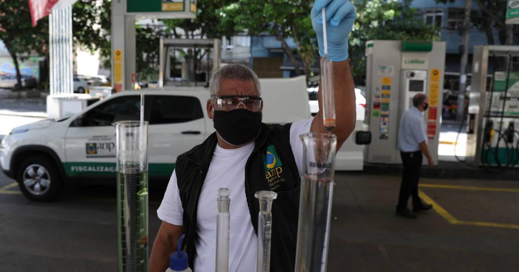 Placeholder - loading - Funcionário da ANP checa qualidade de combustíveis em posto no Rio de Janeiro (RJ)  10/03/2021 REUTERS/Pilar Olivares