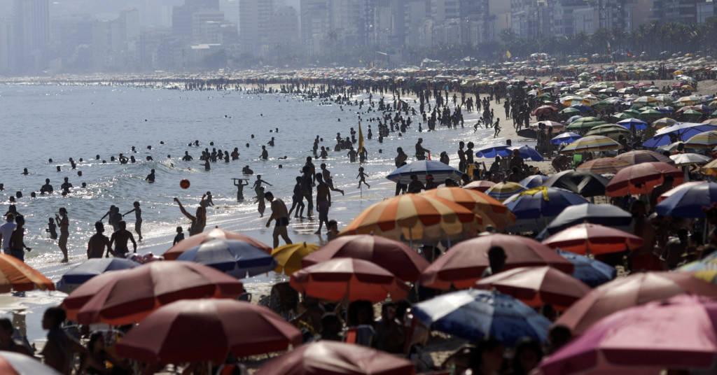 Placeholder - loading - Banhistas na Praia do Arpoador no Rio de Janeiro em meio à pandemia de Covid-19 16/02/2021 REUTERS/Ricardo Moraes