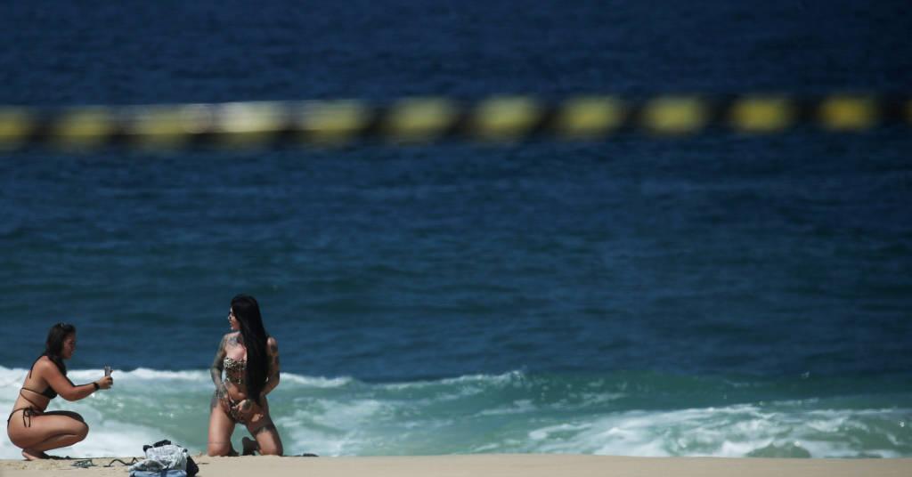 Placeholder - loading - Mulher posa para foto em praia do Rio de Janeiro, apesar de fechamento para conter Covid  20/04/2021 REUTERS/Ricardo Moraes