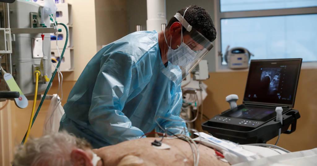 Placeholder - loading - Profissional de saúde trata paciente de Covid-19 em UTI de hospital em Sarasota, Flórida 11/02/2021 REUTERS/Shannon Stapleton