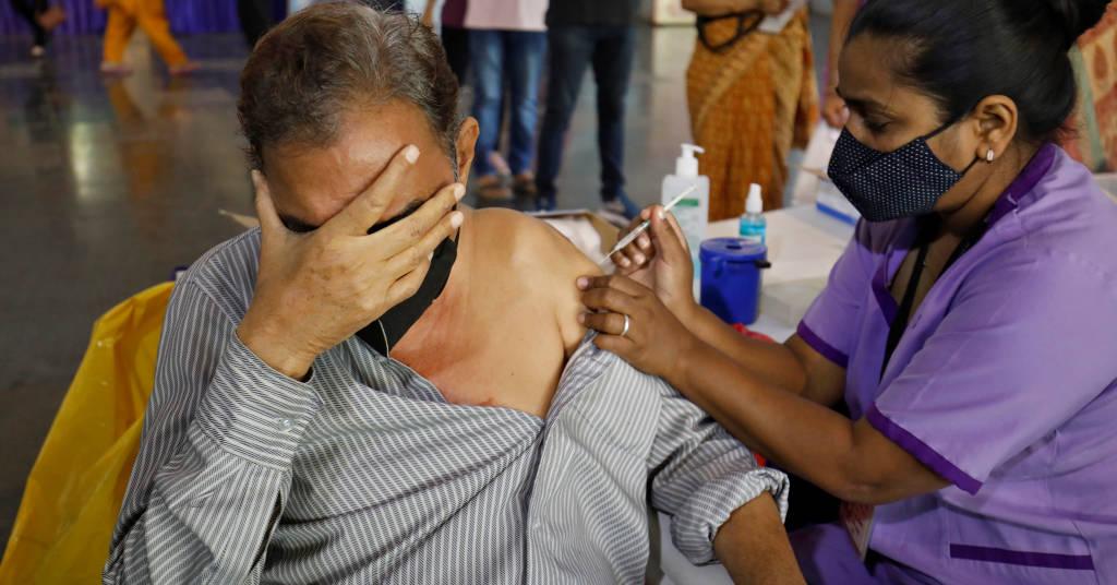 Placeholder - loading - Homem é vacinado contra Covid-19 em Ahmedabad, na Índia 26/03/2021 REUTERS/Amit Dave
