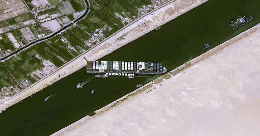 Placeholder - loading - Vista aérea do navio Ever Given encalhado no Canal de Suez