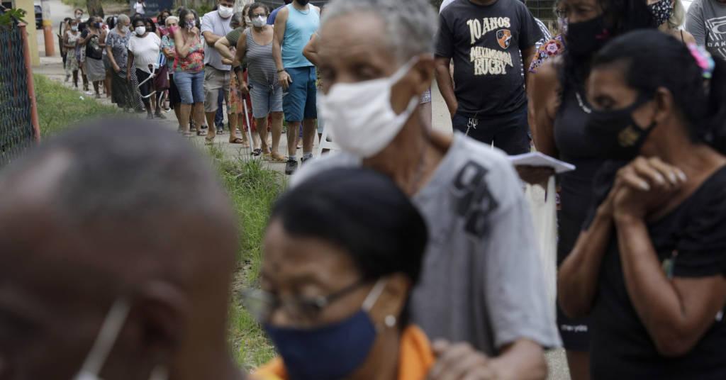 Placeholder - loading - Idosos fazem fila para receber dose de vacina contra Covid-19 em Belford Roxo, no Rio de Janeiro 31/03/2021 REUTERS/Ricardo Moraes