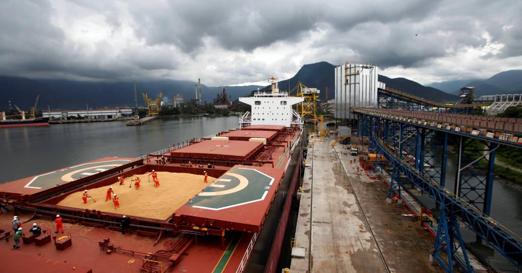 Placeholder - loading - Navio carregado com soja no porto de Santos (SP)  13/03/2017 REUTERS/Paulo Whitaker