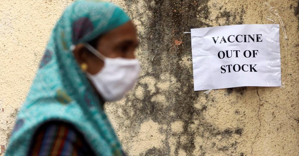 Placeholder - loading - Cartaz que informa sobre falta de vacinas contra Covid-19 em centro de vacinação em Mumbai, na Índia 08/04/2021 REUTERS/Francis Mascarenhas