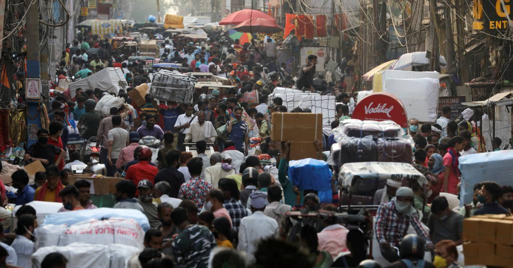 Placeholder - loading - Pessoas caminham em mercado lotado nos arredores de Délhi, na Índia, em meio à pandemia do coronavírus 06/04/2021 REUTERS/Anushree Fadnavis