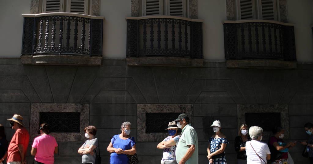 Placeholder - loading - Idosos fazem fila para se vacinarem contra Covid-19 no Palácio do Catete, no Rio de Janeiro 23/04/2021 REUTERS/Pilar Olivares