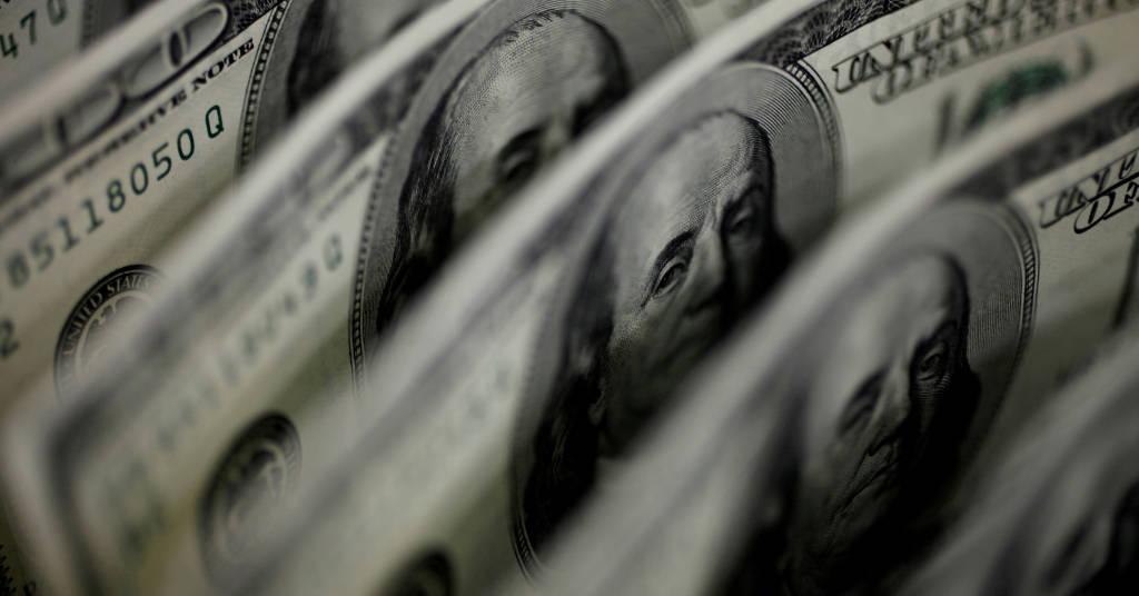 Placeholder - loading - Ilustração de cédulas de dólar dos EUA. 2 de agosto de 2011. REUTERS/Yuriko Nakao