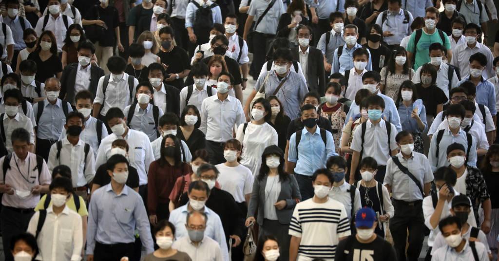 Placeholder - loading - Passageiros usando máscaras na estação de Shinagawa, em Tóquio 02/08/2021 REUTERS/Kevin Coombs