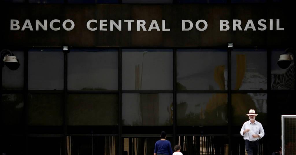 Placeholder - loading - Pessoas passam em frente à sede do Banco Central em Brasília 16/05/2017 REUTERS/Ueslei Marcelino