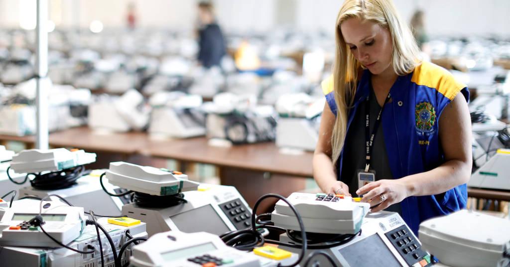 Placeholder - loading - Funcionária da Justiça Eleitoral prepara urnas eltrônicas em Curitiba 22/10/2018 REUTERS/Rodolfo Buhrer