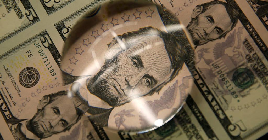 Placeholder - loading - Dólar cai mais de 1% contra real após alta de juros agressiva 26/03/2015.  REUTERS/Gary Cameron/File Photo