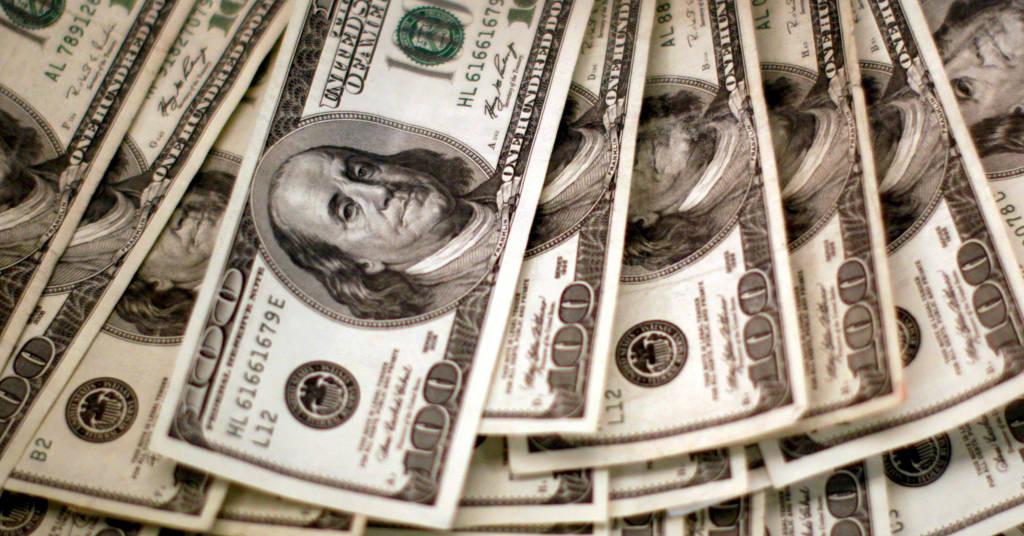 Placeholder - loading - Notas de cem dólares são contadas em um banco em Westminster, Colorado, EUA 03/11/2009 REUTERS/Rick Wilking