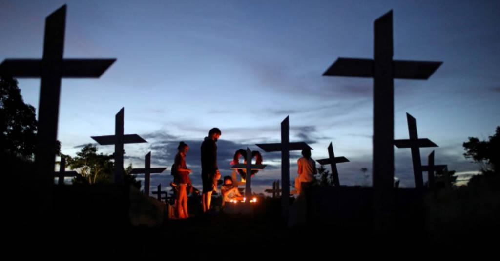 Placeholder - loading - Familiares visitam túmulo de parente que morreu de Covid-19 em cemitério de Manaus 08/05/2021 REUTERS/Bruno Kelly