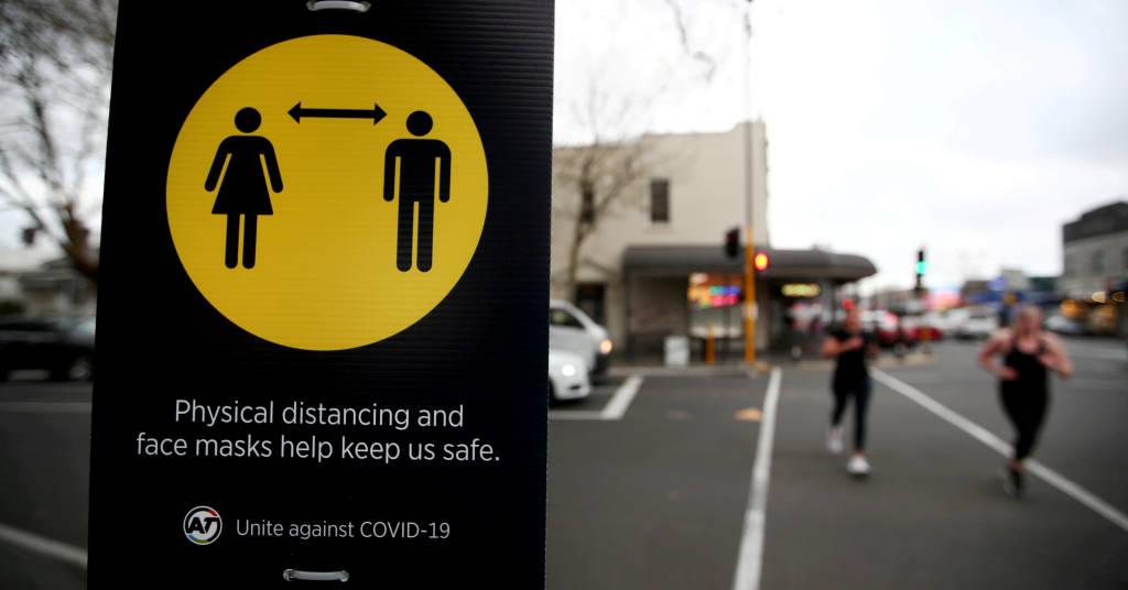 Placeholder - loading - Placa de distanciamento social em Auckland, Nova Zelândia 31/08/2020 August 31, 2020.  REUTERS/Fiona Goodall/Arquivo