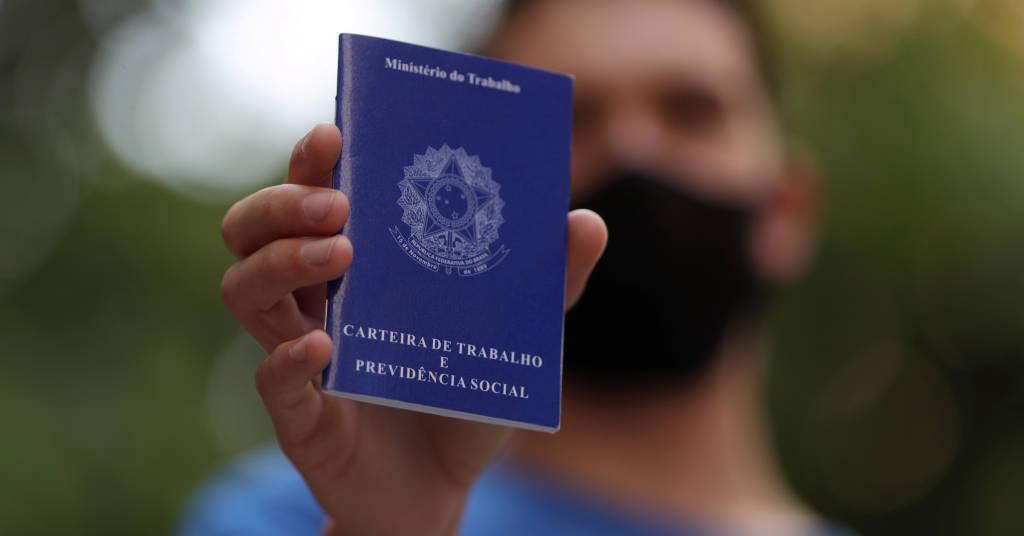 Placeholder - loading - Homem mostra carteira de trabalho enquanto procura por vagas de emprego no centro de São Paulo 06/10/2020 REUTERS/Amanda Perobelli