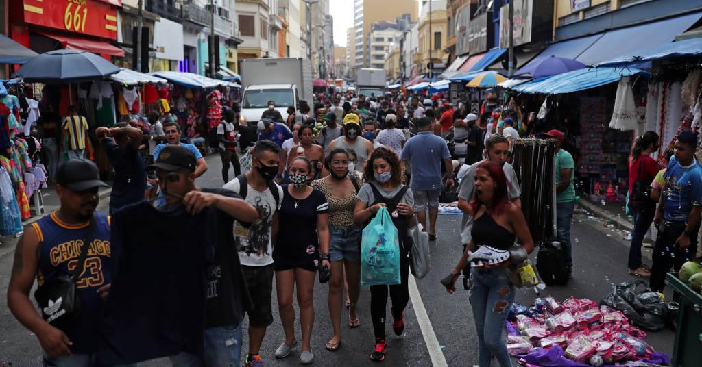 Placeholder - loading - Pessoas caminhama na rua 25 de março durante pandemia de Covid-19 em São Paulo 21/12/2020 REUTERS/Amanda Perobelli