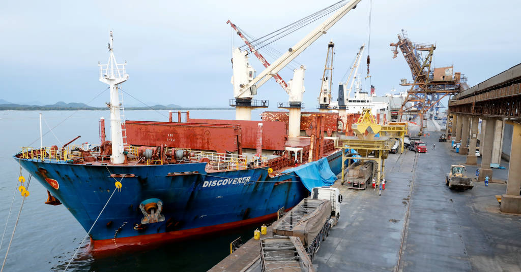 Placeholder - loading - Cargueiro descarrega soja no porto de Paranaguá, Paraná 03/12/2020 REUTERS/Rodolfo Buhrer