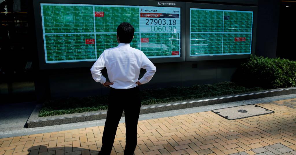 Placeholder - loading - Homem observa painel eletrônico com cotações do mercado financeiro. 21/6/2021.   REUTERS/Kim Kyung-Hoon