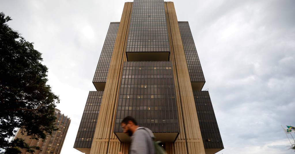 Placeholder - loading - Homem caminha em frente à sede do Banco Central em Brasília 29/10/2019 REUTERS/Adriano Machado