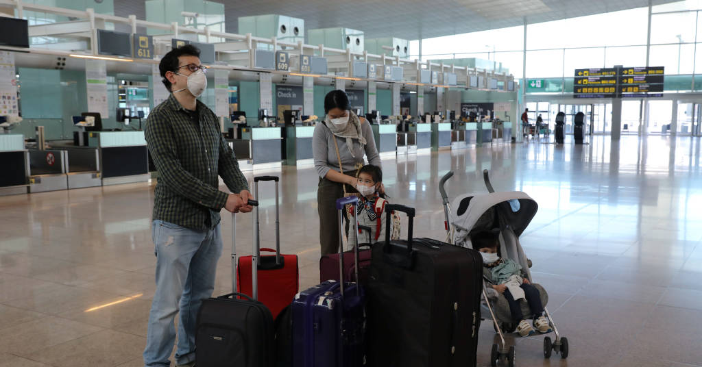 Placeholder - loading - Família aguarda voo para Seul em aeroporto de Barcelona 15/05/2020 REUTERS/Nacho Doce