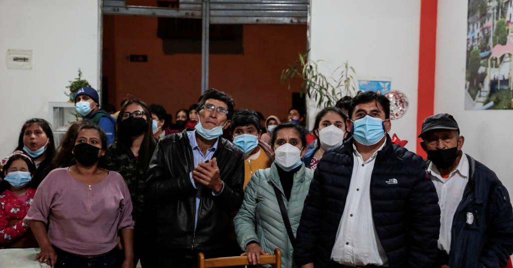 Placeholder - loading - Apoiadores de Pedro Castillo acompanham divulgação dos primeiros resultados da apuração da eleição presidencial peruana em Tacabamba 06/06/2021 REUTERS/Alessandro Cinque