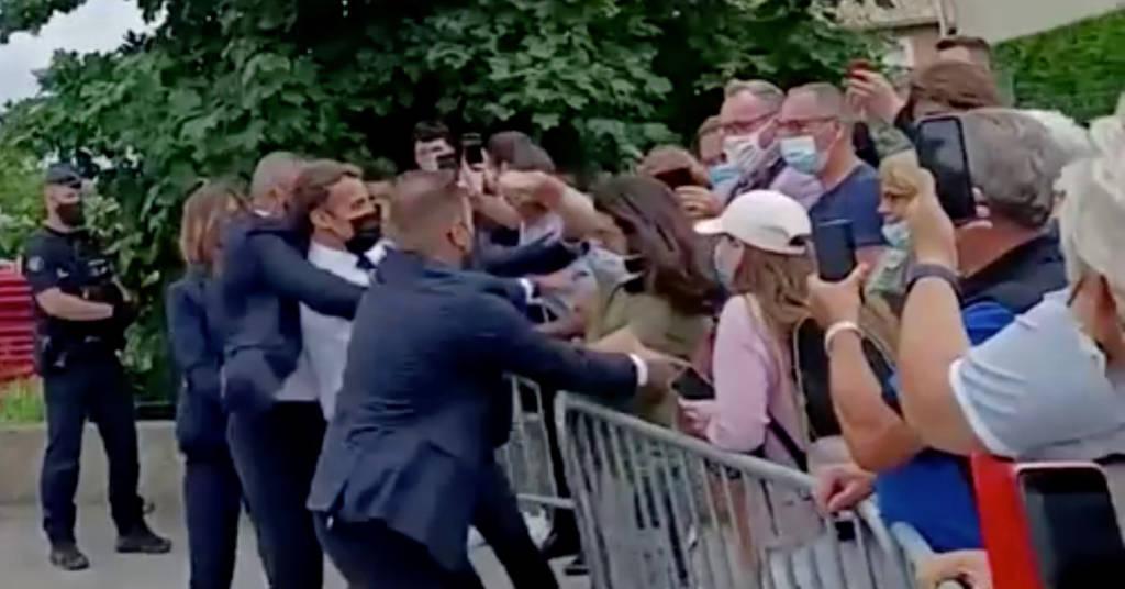 Placeholder - loading - Presidente da França, Emmanuel Macron, leva tapa no rosto durante visita a Tain-l'Hermitage, no sul da França 08/06/2021 BFMTV via Reuters TV