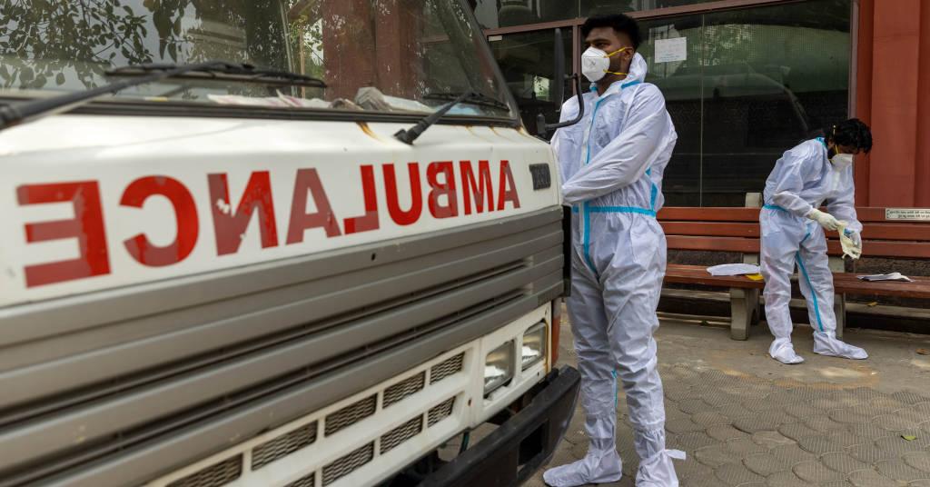 Placeholder - loading - Profissonais de saúde em trajes de proteção colocam corpo de pessoa que morreu de Covid-19 em ambulância em Nova Délhi 10/06/2021 REUTERS/Danish Siddiqui