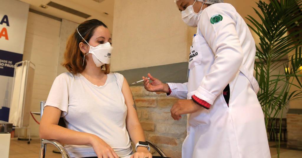 Placeholder - loading - Enfermeira vacina mulher grávida contra a Covid-19 no país. 07/06/2021. REUTERS/Carla Carniel.