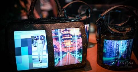 Louis Vuitton apresenta bolsas com displays flexíveis em Paris