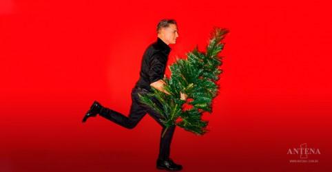 Bryan Adams lança a canção natalina, ''Must be Santa''