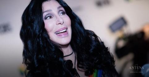 Cher canta hit do ABBA em apresentação