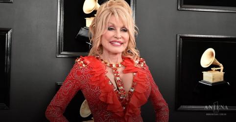 Placeholder - loading - Imagem da notícia Dolly Parton alcança primeira posição da parada