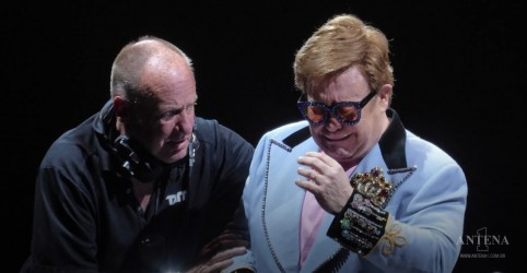 Elton John perde a voz e deixa palco aos prantos