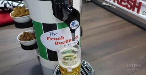 Robô, recém-apresentado no exterior, leva aperitivos e bebidas até você