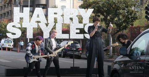 Harry Styles faz show em faixa de pedestres