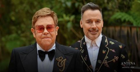 Placeholder - loading - Imagem da notícia Elton John e David Furnish estarão no YouTube Pride 2021