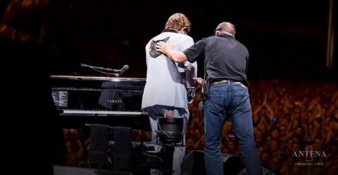 Placeholder - loading - Imagem da notícia Elton John promete novo show após doença