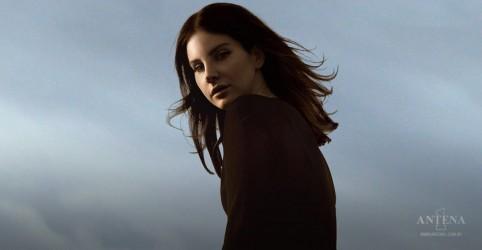 Placeholder - loading - Imagem da notícia Lana Del Rey divulga primeira poesia de seu novo álbum
