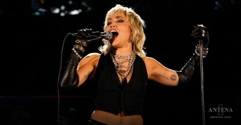 Placeholder - loading - Imagem da notícia Miley Cyrus faz cover de Queen em show